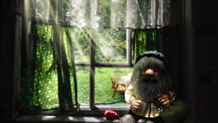 Домовой сидит на окне