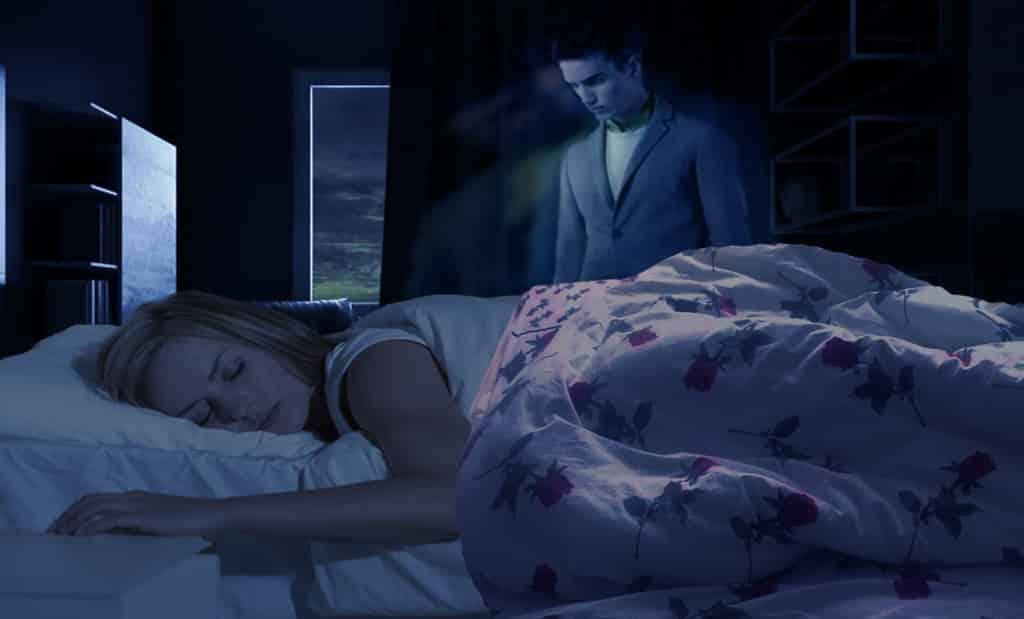 Красивое привидение возле кровати