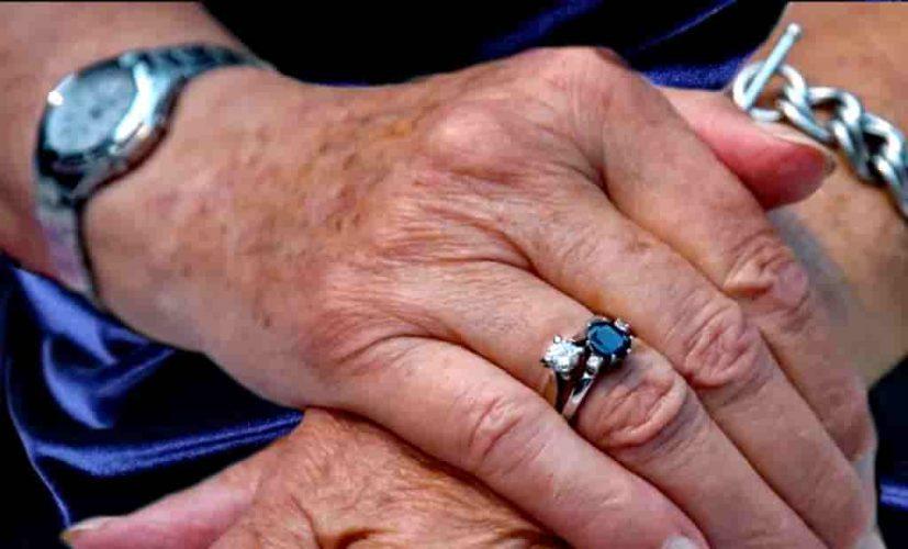 рука старой женщины с часами