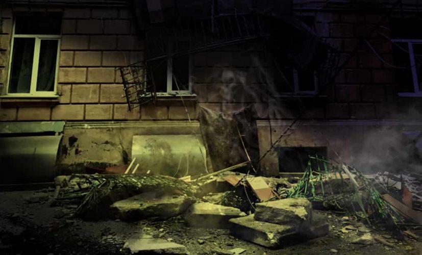 призрак смерти возле разрушенного дома