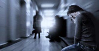 Женщина плачет в больнице