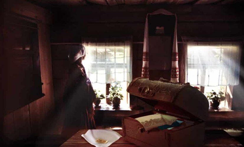 Старинный сундук в деревенской избе